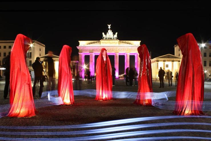 festival-of-lights-brandenburger-tor-berlin-timeguards-waechter-der-zeit-tour-manfred-kielnhofer-light-painting