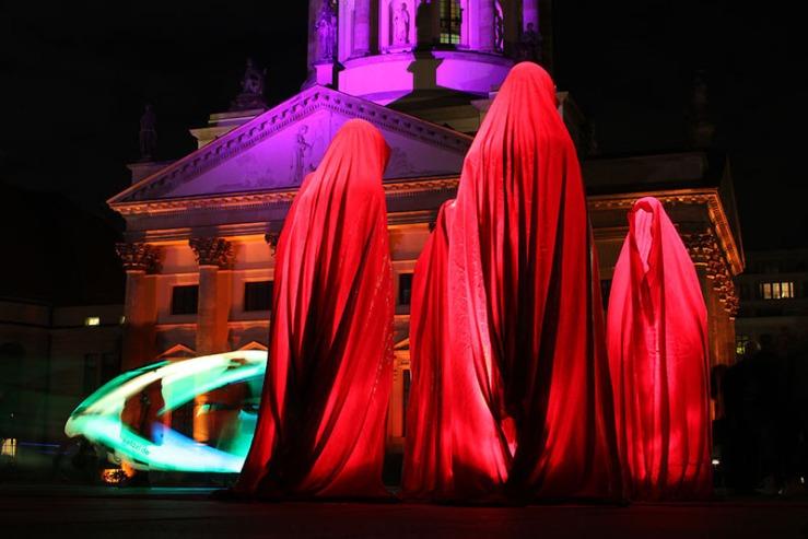 festival-of-lights-gendarmenmarkt-time-guards-waechter-manfred-kielnhofer-contemporary-light-art-sculpture