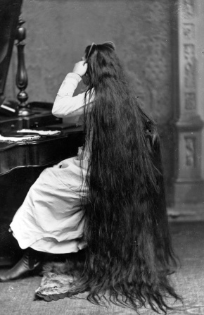 circa 1890:  Miss Milo combs her very long hair.  (Photo by Hulton Archive/Getty Images)